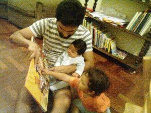 Papá leyendo para sus chicos :-)