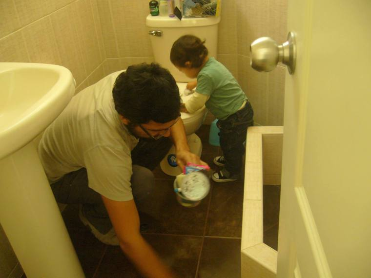 Omar y Caetano aseando el baño.