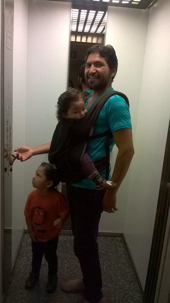 Omar, saliendo a comprar con los pequeños... Papá también portea!