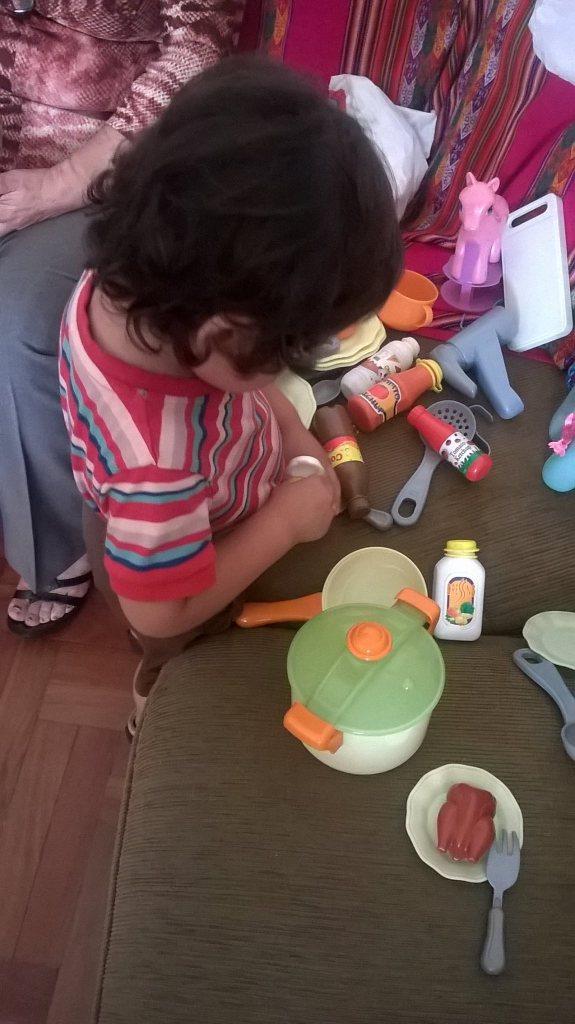 Caetano jugando a la cocinita, preparando algo delicioso para la Omi y para mí