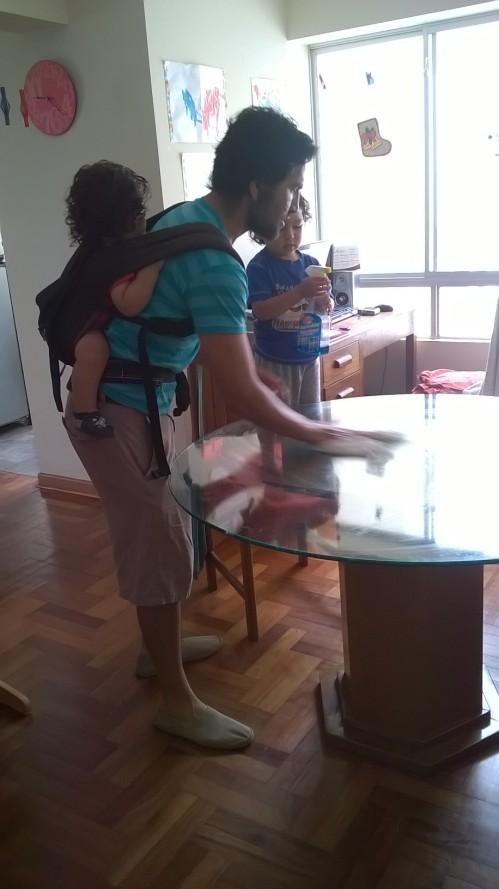 Omar porteando a Murilo, limpiando la mesa con ayuda de Caetano.