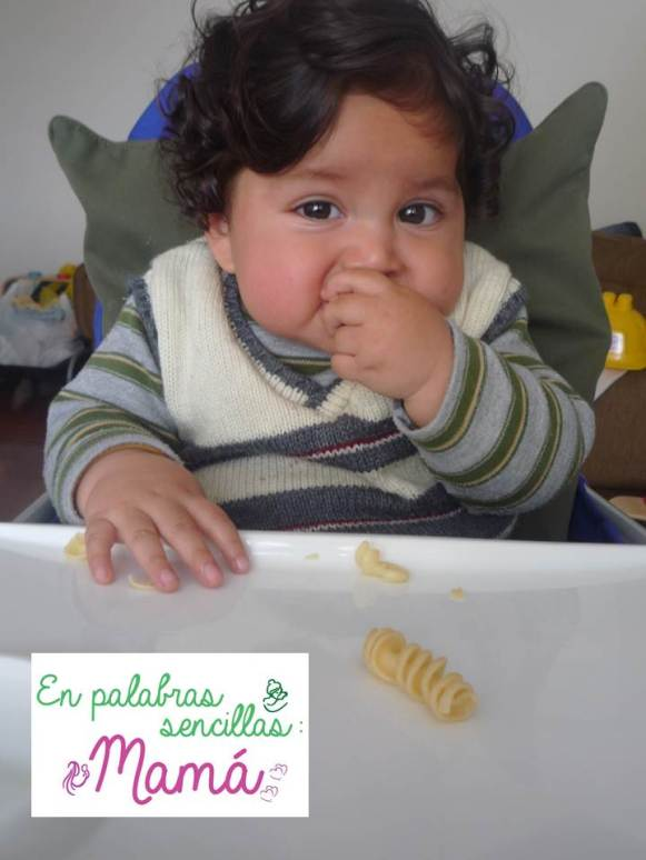 Murilo, 7 meses y medio comiendo fideos resortitos.