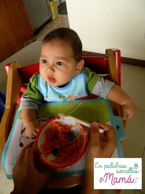 Caetano y su primera papilla, la expresión lo dice todo.
